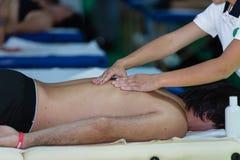 Die Rückenmassage des Athleten nach Eignungs-Tätigkeit; Wellness und Sport stockbild