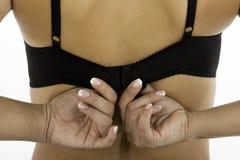 Die Rückseite der Frau, die BHbügel hält lizenzfreie stockfotografie