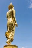 Die Rückseite der goldenen Buddha-Statue Stockfoto