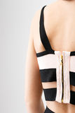 Die Rückseite der jungen Frau mit Reißverschluss auf Kleid Lizenzfreie Stockfotos