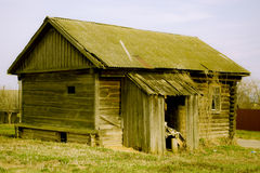 Die Rückseite des leeren Holzhauses auf russisch Lizenzfreies Stockbild