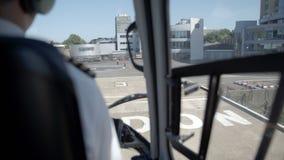 Die Rückseite des Piloten beim Vorbereiten der Landung stock video footage