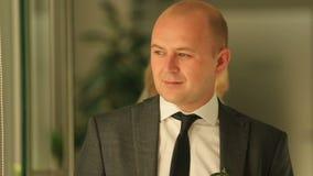 Die Rückseite des Umfassungsbräutigams der schönen blonden Braut in den Luxushotelwohnungen stock footage