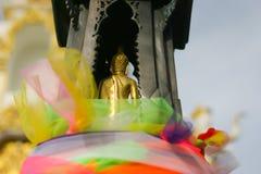 Die Rückseite von Buddha-Skulptur auf Sockel Stockbilder