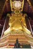Die Rückseite von Buddha-Statue am Tempel stockfotografie