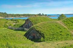 Die Rasen-abgedeckten Sandbanks in der Suomenlinna Festung Stockfotos