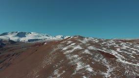 Die raue Beschaffenheit des Nationalparks Saylyugemsky, Altai Vogelperspektive 4K Der Argali die Bergschafe, Schafe stock video footage