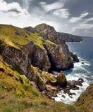 Die raue und felsige Küstenlinie von Bretagne Lizenzfreie Stockfotos