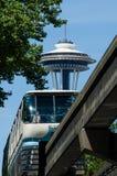 Die Raum-Nadel ragt über die Seattle-Einschienenbahn hoch Lizenzfreies Stockbild