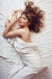 Die recht blonde Frau, die in Bett legt, mögen Marilyn Lizenzfreies Stockbild