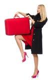 Die recht blonde Frau, die Koffer lokalisiert auf Weiß hält Stockfoto
