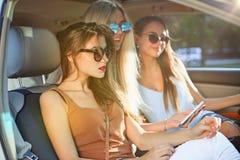 Die recht europäischen Mädchen 25-30 Jahre alt im Automarkefoto am Handy Stockbilder
