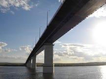 Die rechte Bank des Kama-Flusses Die Brücke über dem Fluss Kama stockfotos