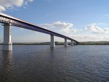 Die rechte Bank des Kama-Flusses Die Brücke über dem Fluss Kama lizenzfreies stockbild
