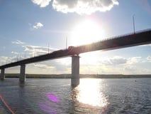 Die rechte Bank des Kama-Flusses Die Brücke über dem Fluss Kama stockfotografie