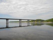 Die rechte Bank des Kama-Flusses Die Brücke über dem Fluss Kama Die Dorf Elsterberge Von Tatarstan Russland lizenzfreies stockbild