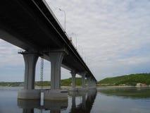 Die rechte Bank des Kama-Flusses Die Brücke über dem Fluss Kama Die Dorf Elsterberge Von Tatarstan Russland lizenzfreie stockbilder