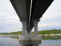 Die rechte Bank des Kama-Flusses Die Brücke über dem Fluss Kama Die Dorf Elsterberge Von Tatarstan Russland stockfotografie
