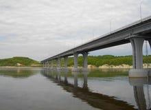 Die rechte Bank des Kama-Flusses Die Brücke über dem Fluss Kama Die Dorf Elsterberge Von Tatarstan Russland stockbilder