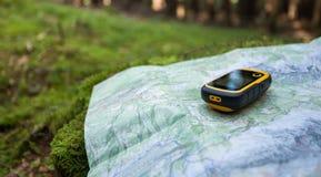 Die rechte Position im Wald mit finden gps lizenzfreie stockfotografie