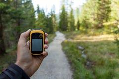 Die rechte Position mit im Wald finden gps lizenzfreies stockfoto