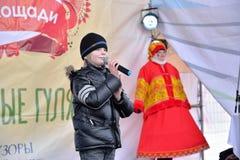 Die Rede des Jungensängers auf dem Stadium während des Karnevals in stockbilder
