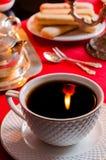 Die Reflexion der Flamme in einer Tasse Tee Stockfotografie