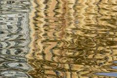 Die Reflexion der Gebäude und der Stadt im Wasser Lizenzfreie Stockfotografie