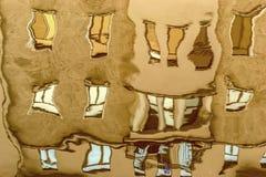 Die Reflexion der Gebäude und der Stadt im Wasser Lizenzfreie Stockbilder