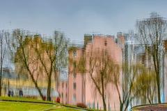 Die Reflexion der Gebäude und der Stadt im Wasser Stockbild