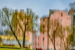 Die Reflexion der Gebäude und der Stadt im Wasser Lizenzfreies Stockfoto
