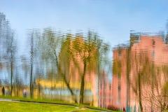 Die Reflexion der Gebäude und der Stadt im Wasser AB Stockfotos