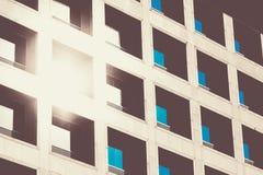 Die Reflexion der Sonne und des blauen Himmels widergespiegelt in einem modernen buil Stockbilder
