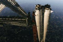 Die Reflexion in der wei?en Rakete des Wassers lizenzfreie stockfotografie