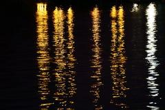 Die Reflexion des Lichtes auf der Oberfläche der Nacht Wasser Stockbild