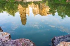Die Reflexion des würdigen alten Turms in einem Teich Lizenzfreies Stockfoto