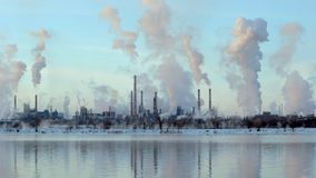Die Reflexion einer großen Schornsteinfabrik im Fluss, industrielles Rohr stock video