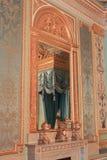 Die Reflexion im Spiegel des Betts Stockbild