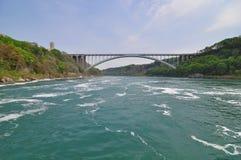 Die Regenbogen-Brücke und der Niagara Fluss Stockfotos