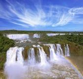Die Regenbogenkosten über Wasserströmen Stockbild