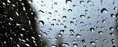 Die Regentropfen auf dem Glas Lizenzfreie Stockfotografie