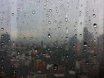 Die Regentropfen an den Fenstern Unter der Großstadt fühlen Sie sich einsam Stockbild