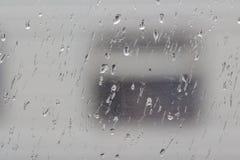 Die Regentropfen an einem Fenster lizenzfreies stockbild