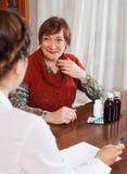 Die reife Frau, die zu Doktor fühlt sich beschwert ungefähr sich Lizenzfreie Stockbilder