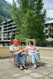 Die reife Frau und der Ehemann und ihre Katze stehen auf Aufenthaltsräumen still lizenzfreie stockfotografie
