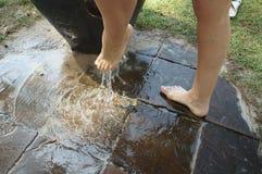 Die Reinigung der Füße nach dem Strand Stockbild