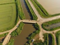 Die Reisfelder werden mit Wasser überschwemmt Überschwemmte Reispaddys Landwirtschaftliche Methoden des Anbauens des Reises auf d Lizenzfreies Stockbild