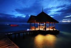 Die reizend Nacht des Wasser-Landhauses Stockfoto
