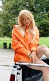 Die reizvolle junge Frau, die ein sitzt, unterstützen von aufheben Stockfotos