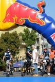 Die Rennläufer sind auf Red Bull-Hügel-Geleitbooten lizenzfreies stockbild